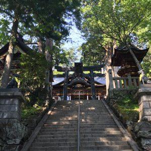拝殿へ向かう階段